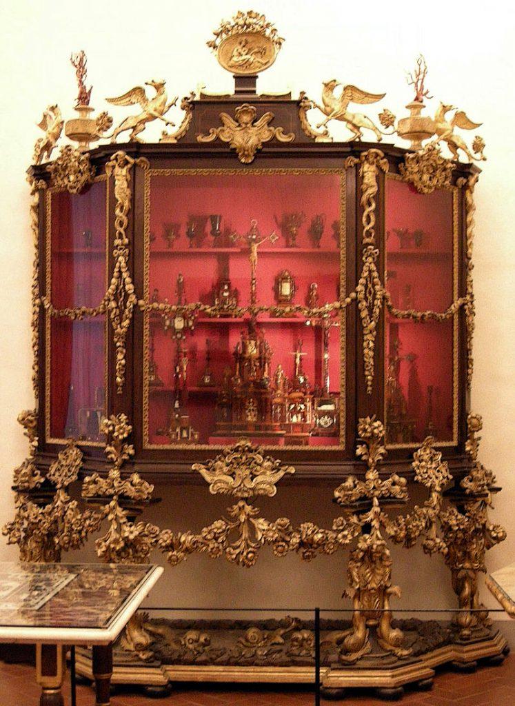 Museo degli Argenti, Firenze: vetrina con oggetti sacri